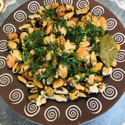 Жареные мидии с луком и чесноком - рецепт с фото