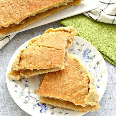 Пирог с тертыми яблоками из слоеного теста - рецепт с фото