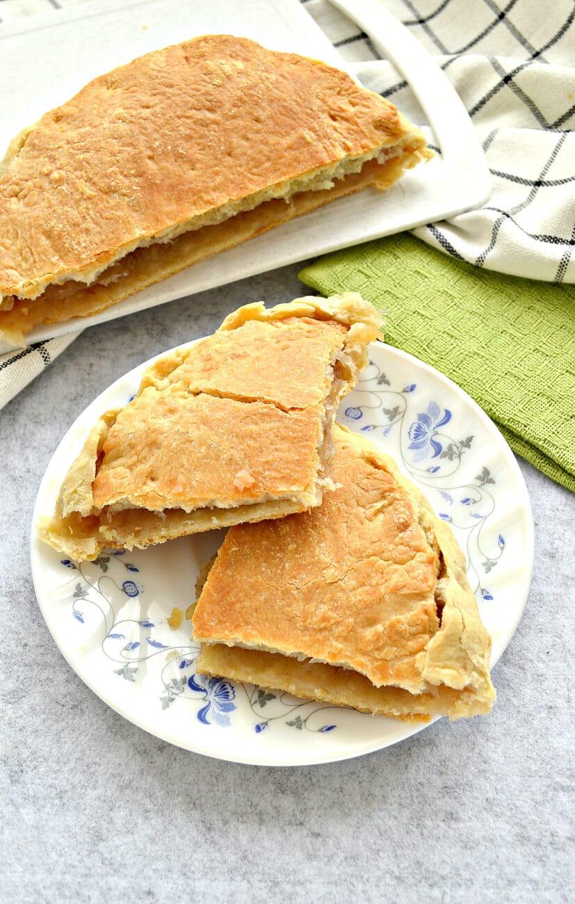 Пирог с тертыми яблоками из слоеного теста