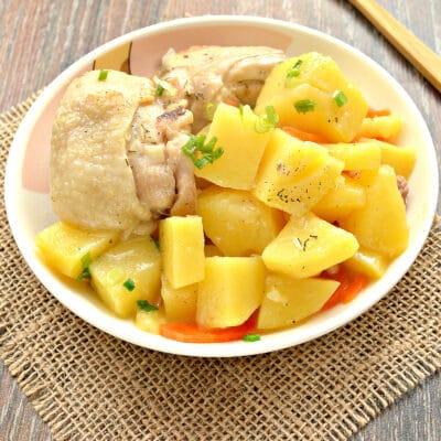 Куриные бедра, тушенные с картофелем и овощами на сковороде - рецепт с фото