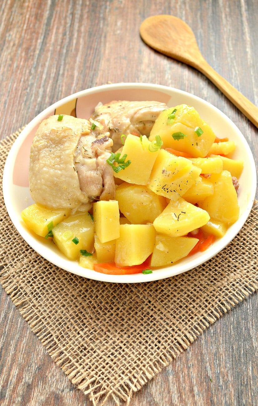 Куриные бедра, тушенные с картофелем и овощами на сковороде