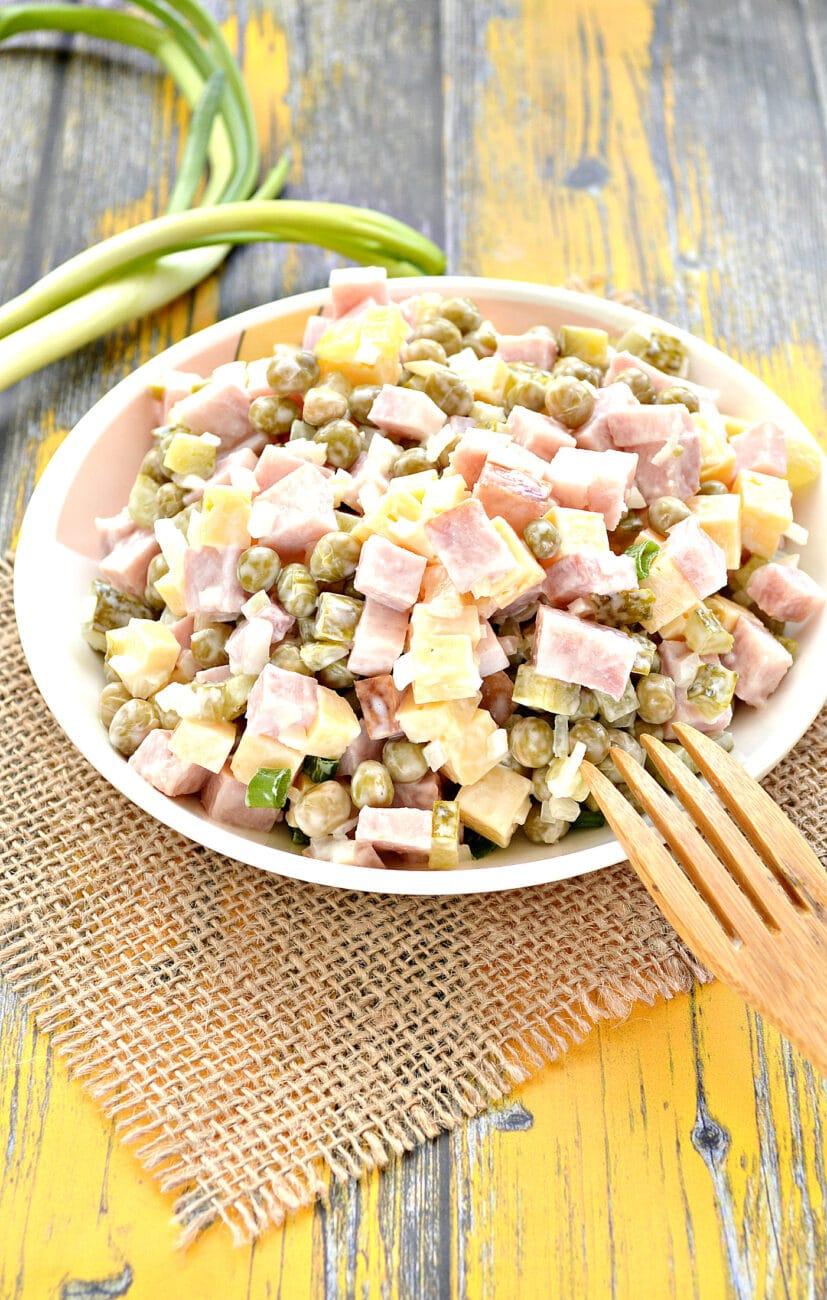 Быстрый салат с ветчиной и сыром