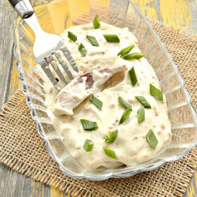 Селедка под майонезным соусом - рецепт с фото