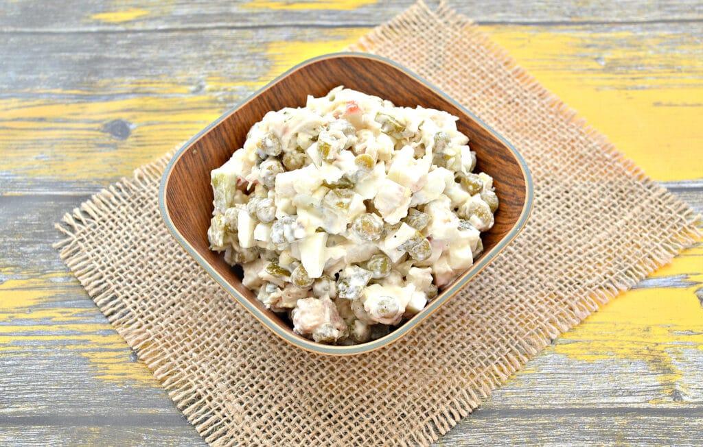 Фото рецепта - Салат с крабовыми палочками, курицей и огурцами - шаг 7