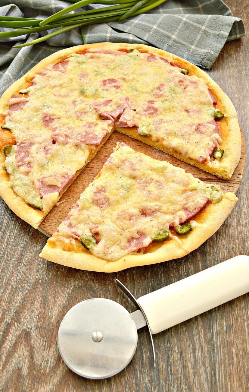 Пицца с сосисками, колбасой и корнишонами