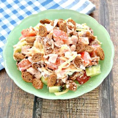 Салат с копченой курицей, сыром и сухариками - рецепт с фото