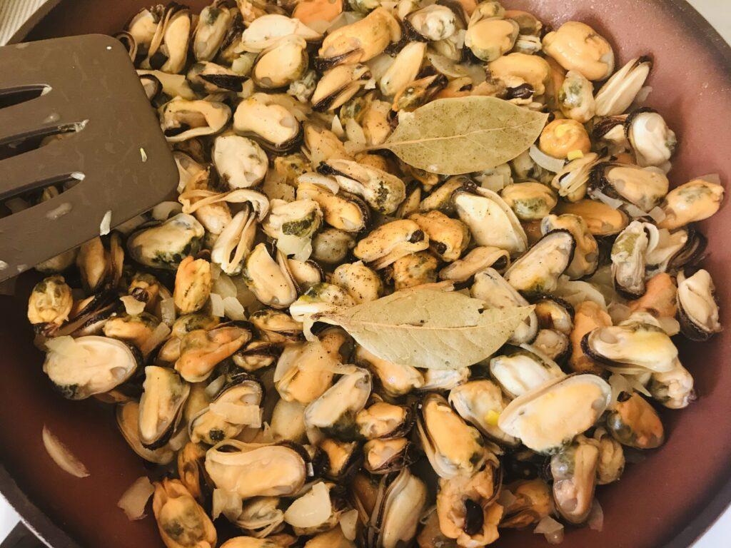 Фото рецепта - Жареные мидии с луком и чесноком - шаг 3