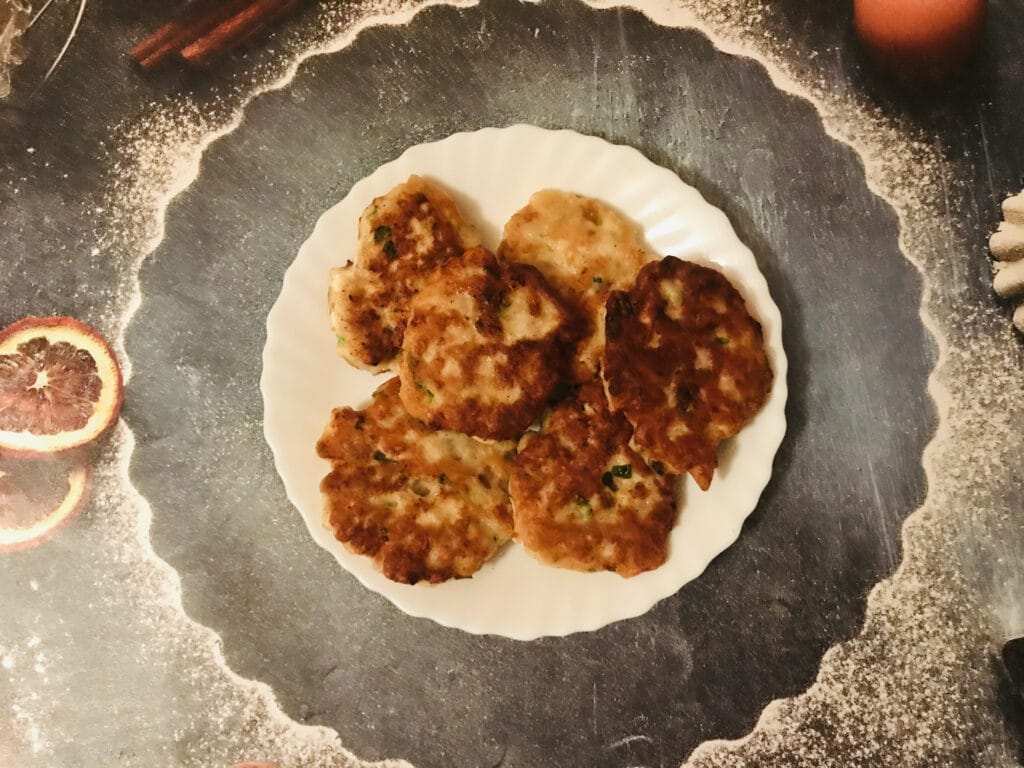 Фото рецепта - Рубленные куриные котлеты с белым хлебом и зелёным луком - шаг 5