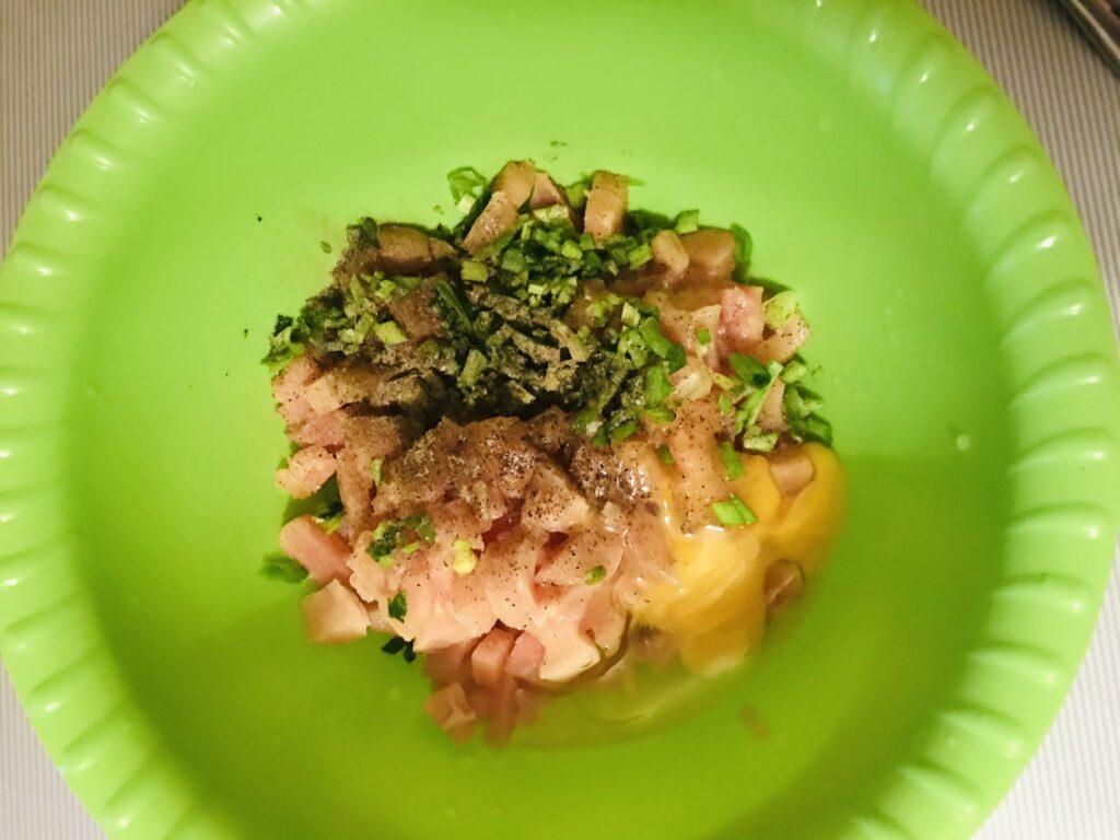Фото рецепта - Рубленные куриные котлеты с белым хлебом и зелёным луком - шаг 2