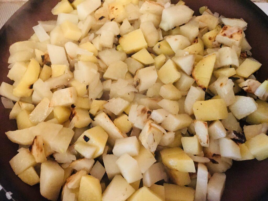 Фото рецепта - Жареная картошечка с луком - шаг 5