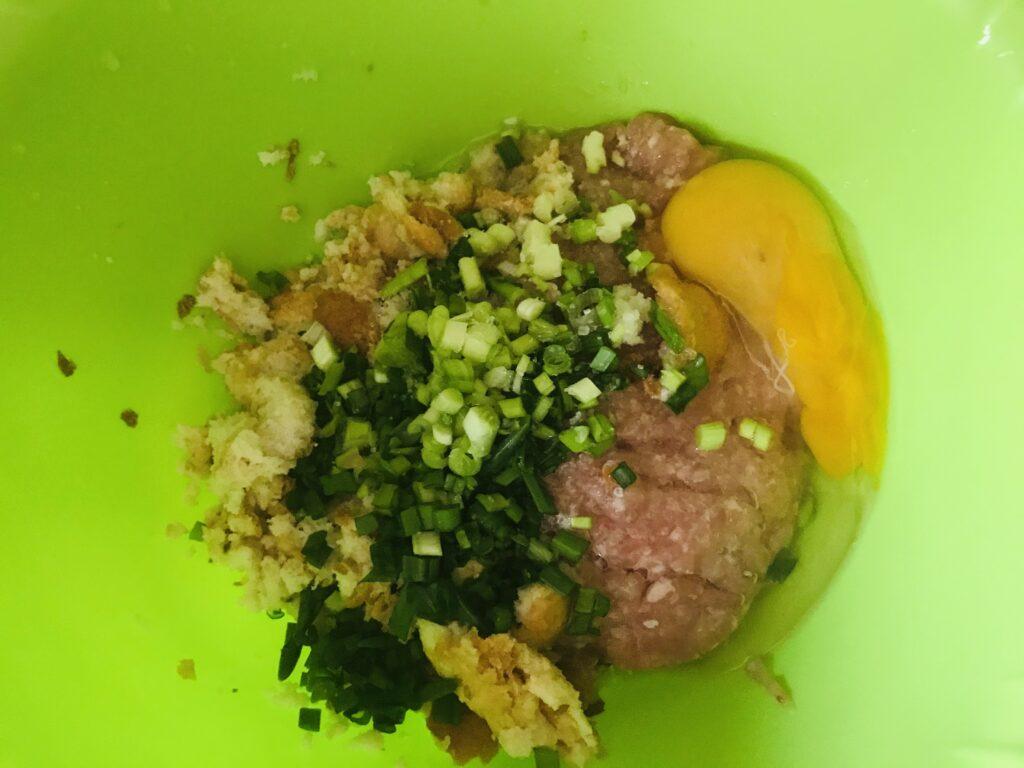 Фото рецепта - Куриные котлеты с зелёным луком без муки - шаг 2