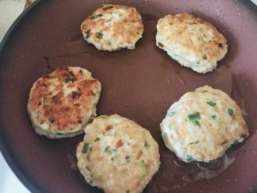 Фото рецепта - Котлеты из куриного филе с сыром и укропом - шаг 4