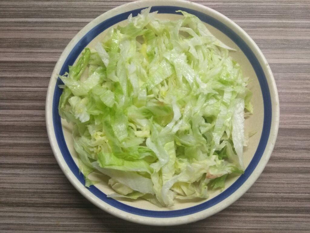Фото рецепта - Салат с айсбергом, свеклой, апельсином и орехами - шаг 1