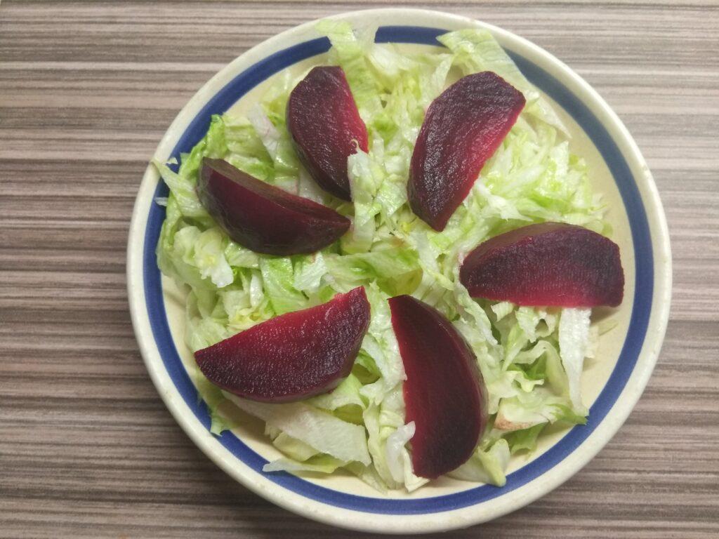 Фото рецепта - Салат с айсбергом, свеклой, апельсином и орехами - шаг 2