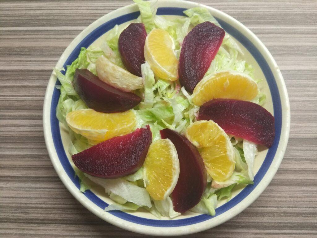 Фото рецепта - Салат с айсбергом, свеклой, апельсином и орехами - шаг 3