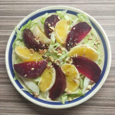 Салат с айсбергом, свеклой, апельсином и орехами - рецепт с фото
