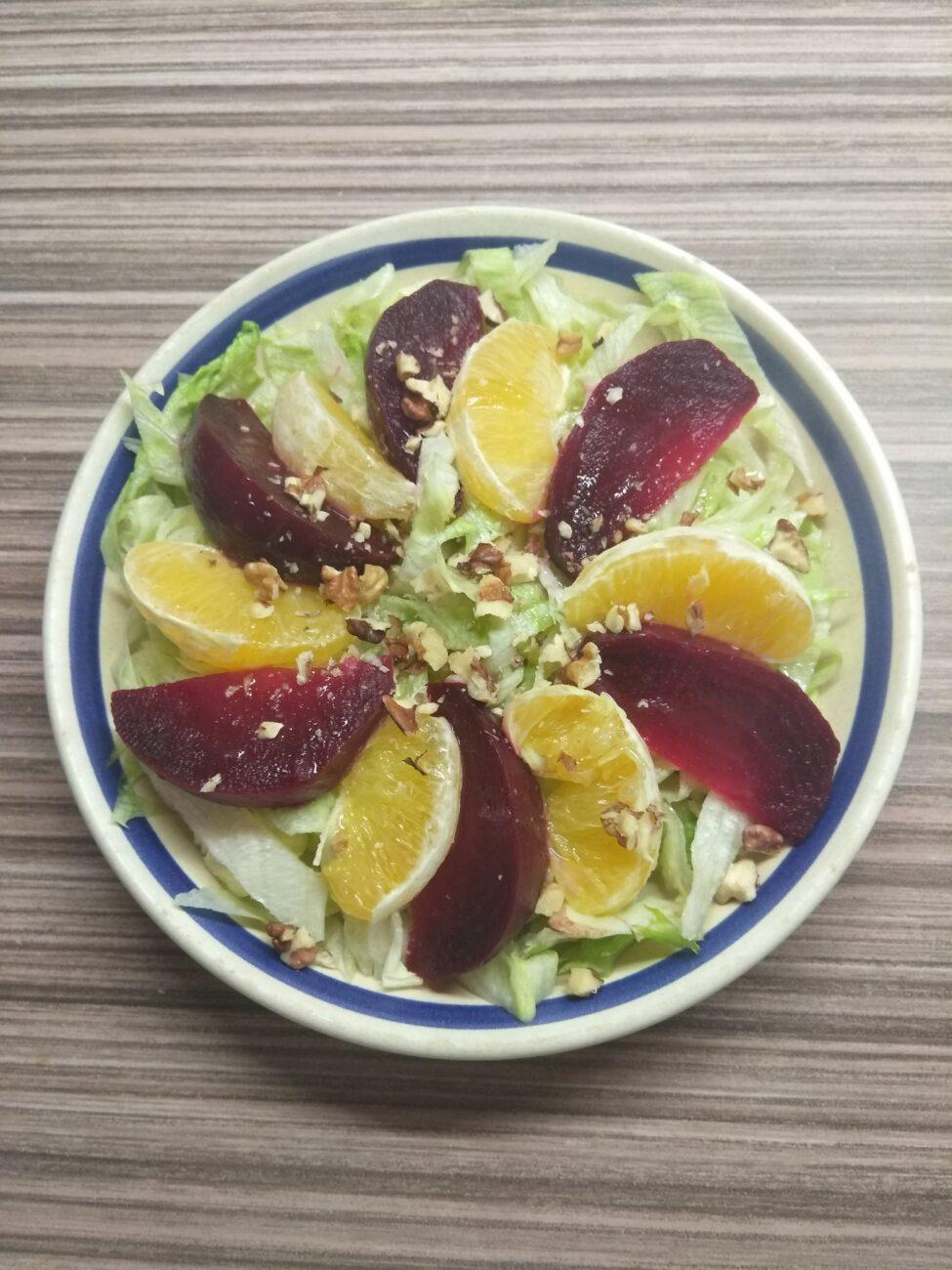 Салат с айсбергом, свеклой, апельсином и орехами