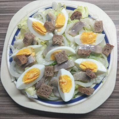 Салат с айсбергом, слабосоленой селедью и яйцом - рецепт с фото