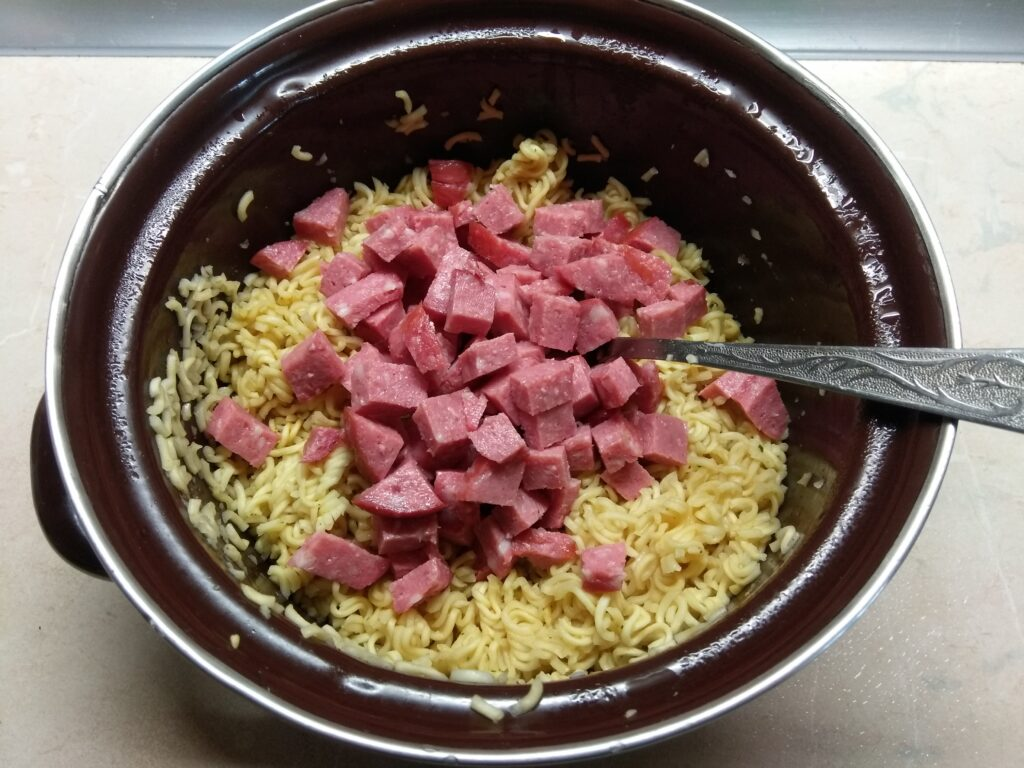Фото рецепта - Салат с вермишелью быстрого приготовления, горошком и салями - шаг 2
