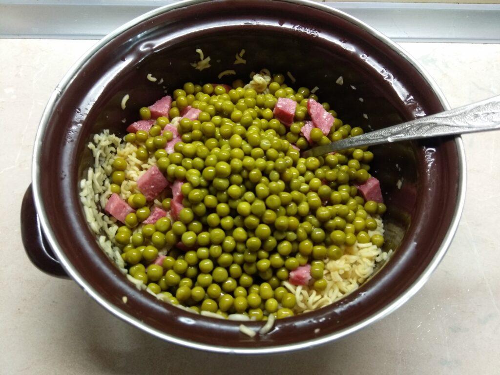 Фото рецепта - Салат с вермишелью быстрого приготовления, горошком и салями - шаг 3