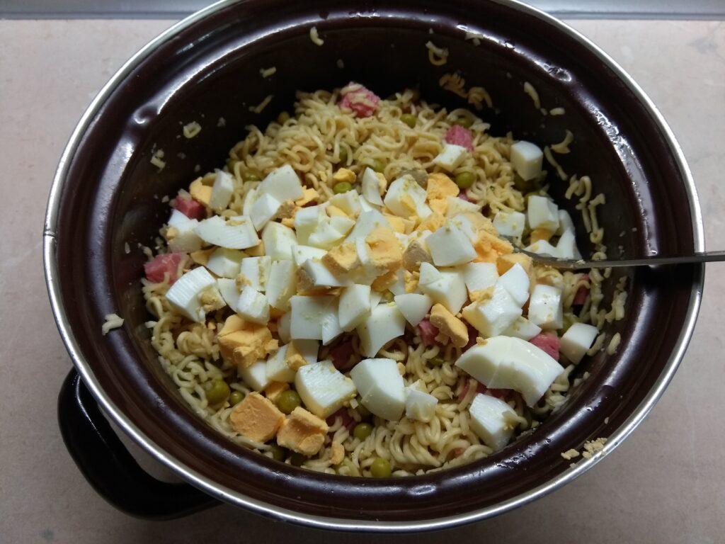 Фото рецепта - Салат с вермишелью быстрого приготовления, горошком и салями - шаг 4