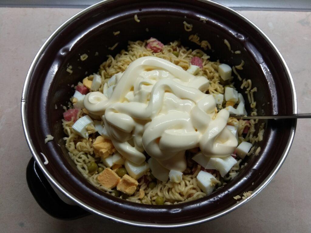 Фото рецепта - Салат с вермишелью быстрого приготовления, горошком и салями - шаг 5