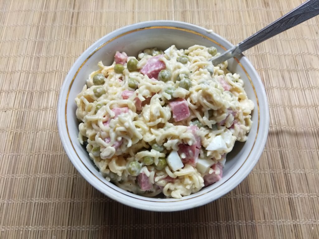 Фото рецепта - Салат с вермишелью быстрого приготовления, горошком и салями - шаг 6