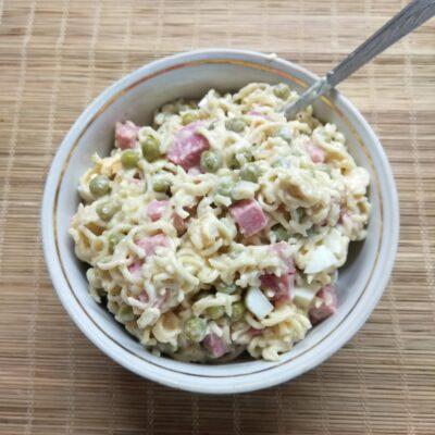 Салат с вермишелью быстрого приготовления, горошком и салями - рецепт с фото