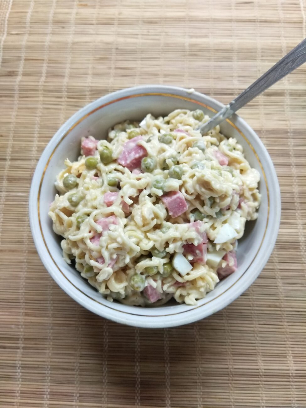 Салат с вермишелью быстрого приготовления, горошком и салями