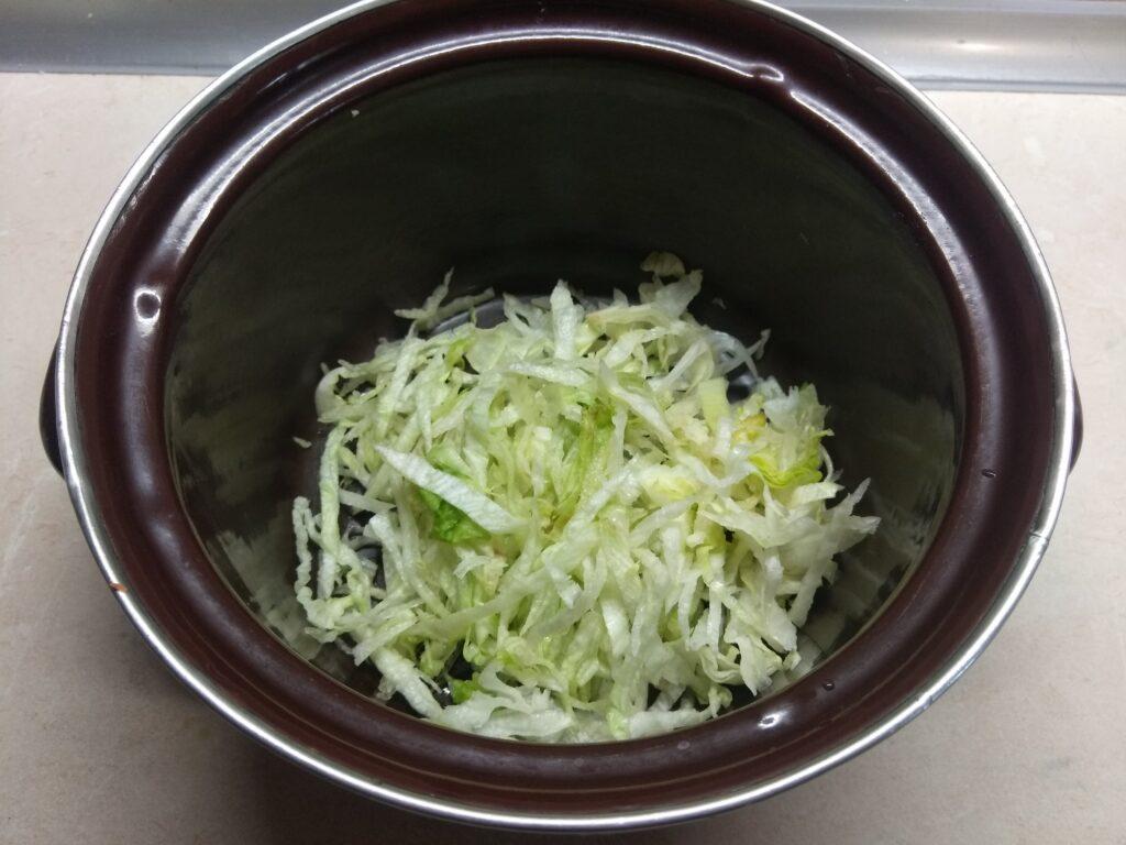 Фото рецепта - Салат из капусты, горошка и салями - шаг 1