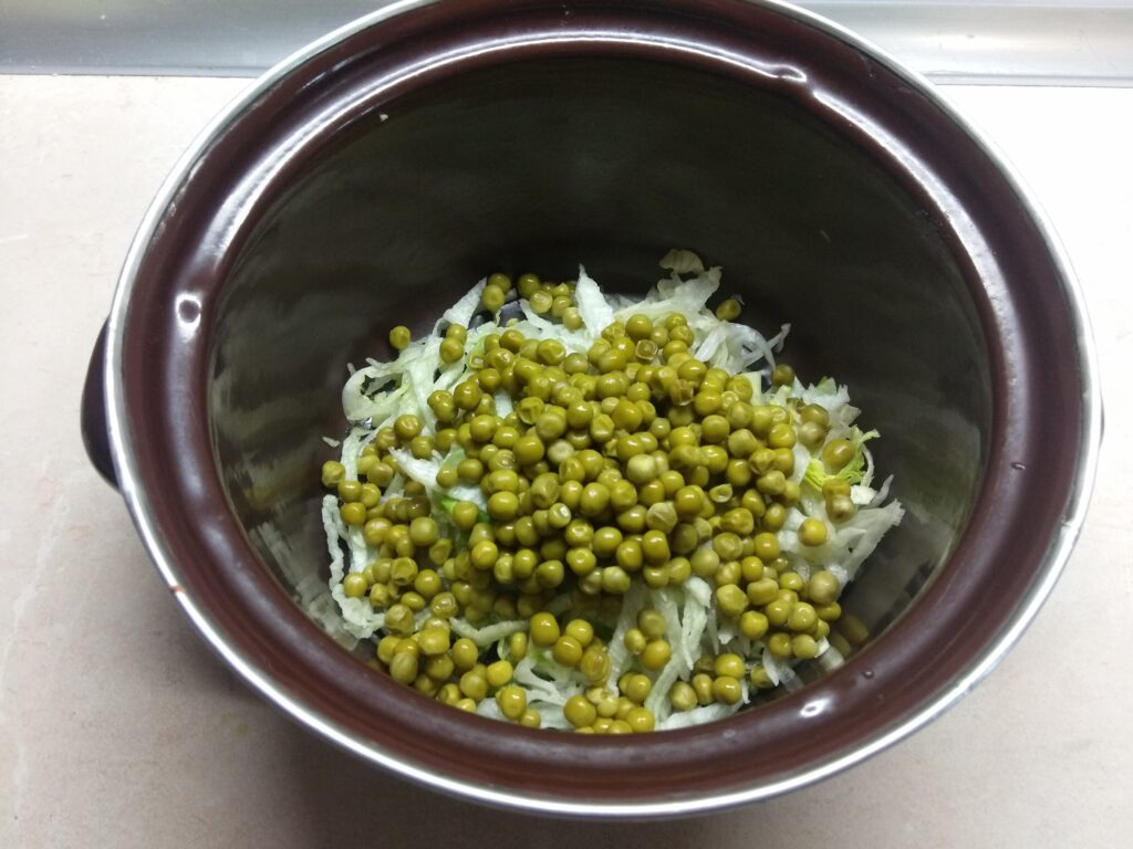 Фото рецепта - Салат из капусты, горошка и салями - шаг 2