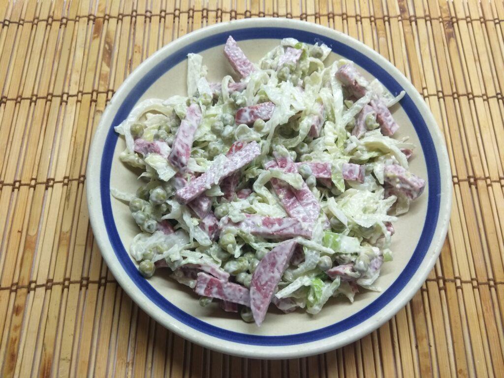 Фото рецепта - Салат из капусты, горошка и салями - шаг 5