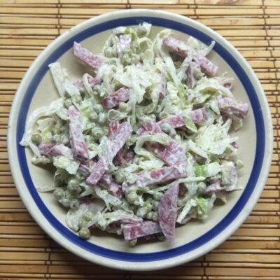 Салат из капусты, горошка и салями - рецепт с фото