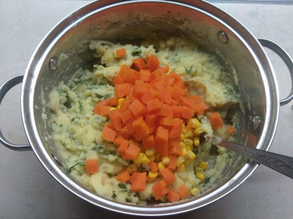 Фото рецепта - Картофельный террин с кукурузой, укропом и морковью - шаг 5