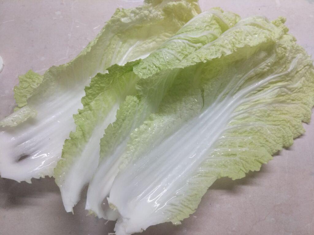 Фото рецепта - Сардельки, запеченные в капустных листьях - шаг 1