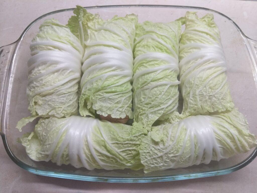 Фото рецепта - Сардельки, запеченные в капустных листьях - шаг 3