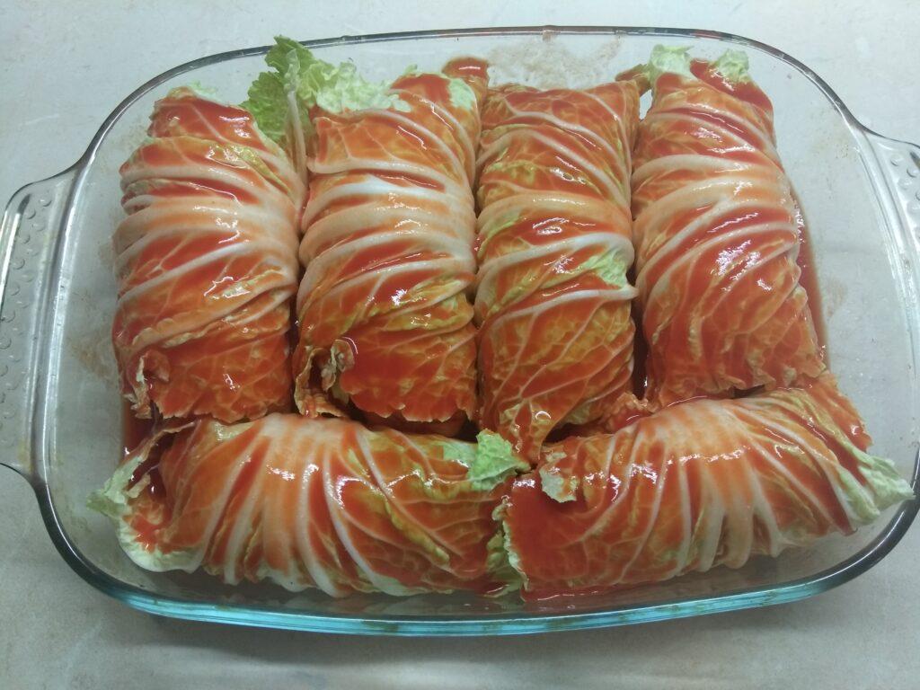 Фото рецепта - Сардельки, запеченные в капустных листьях - шаг 4