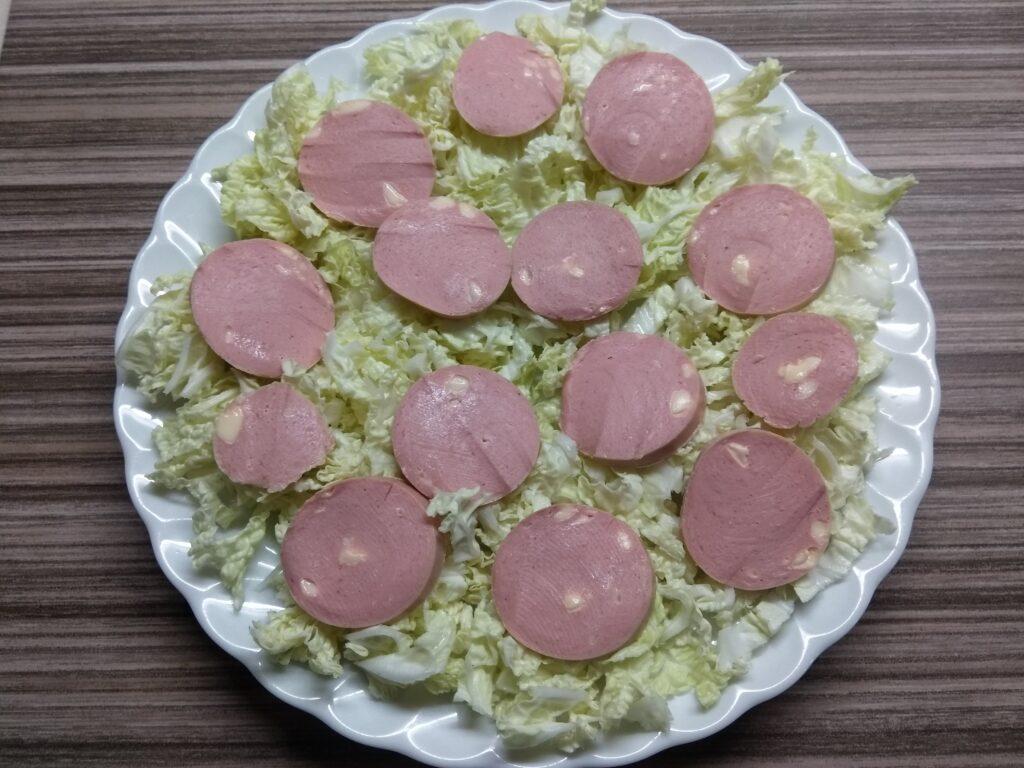 Фото рецепта - Салат с капустой, сардельками, кукурузой и сыром - шаг 2