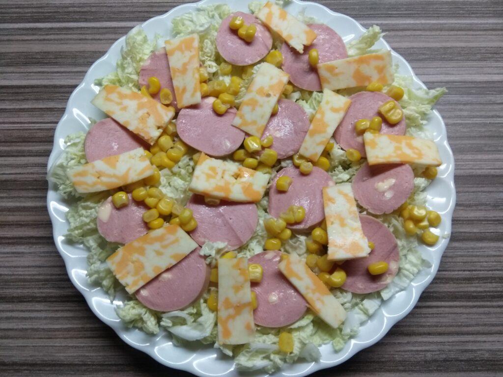 Фото рецепта - Салат с капустой, сардельками, кукурузой и сыром - шаг 4