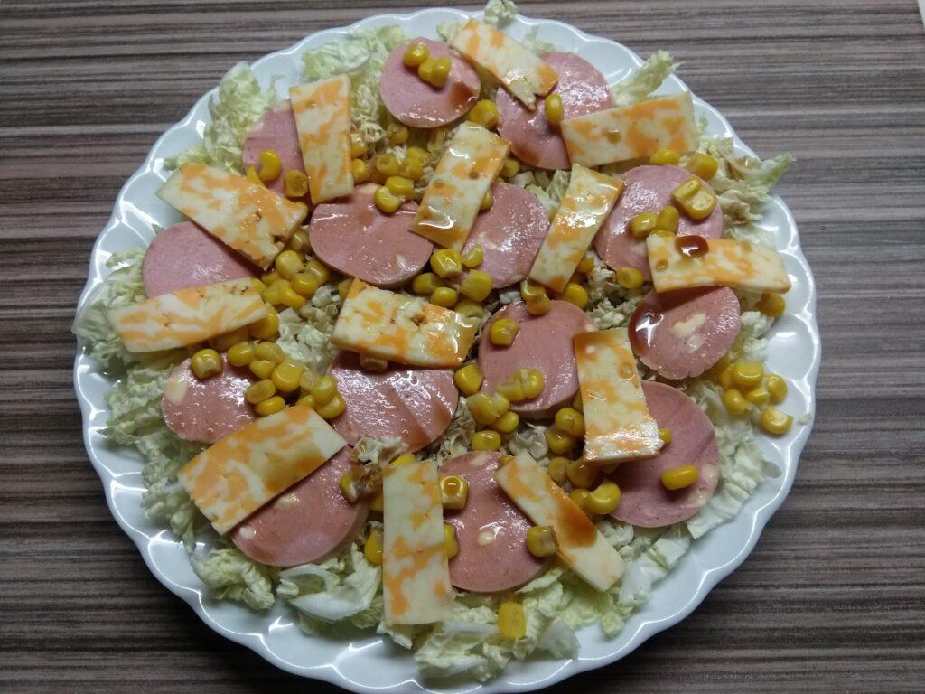 Фото рецепта - Салат с капустой, сардельками, кукурузой и сыром - шаг 6