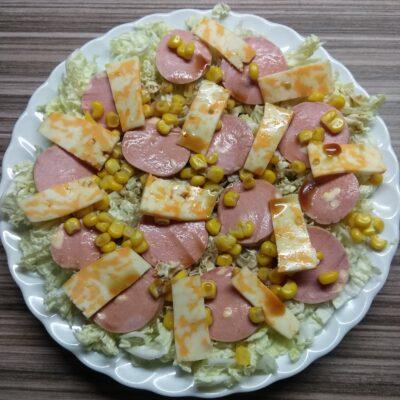 Салат с капустой, сардельками, кукурузой и сыром - рецепт с фото