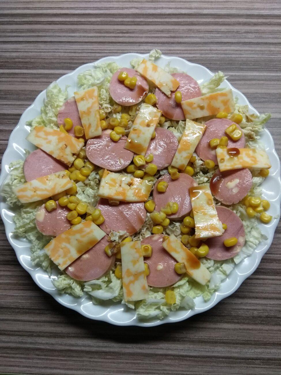 Салат с капустой, сардельками, кукурузой и сыром