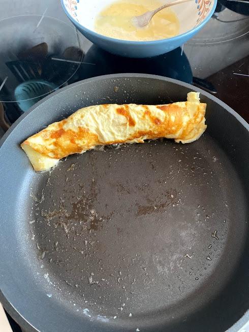 Фото рецепта - Сосиска в омлете - шаг 8