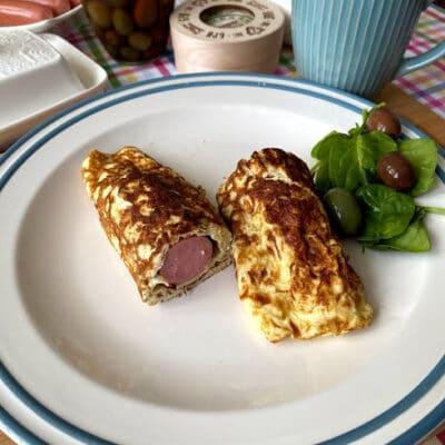Сосиска в омлете - рецепт с фото