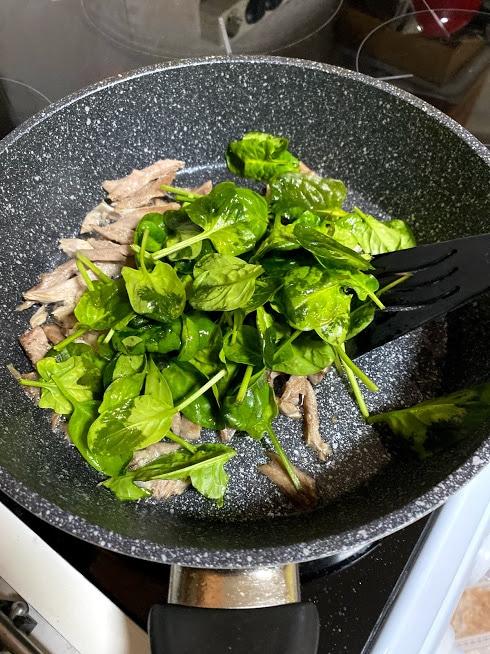 Фото рецепта - Запеканка из индейки с пастой и шпинатом - шаг 8