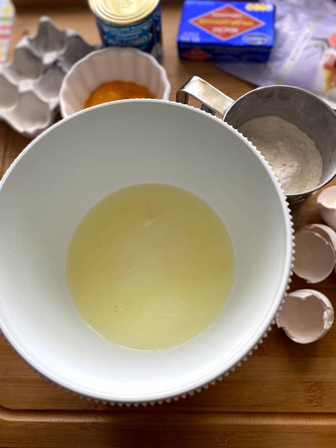 Фото рецепта - Бисквитный рулет с масляным кремом - шаг 2