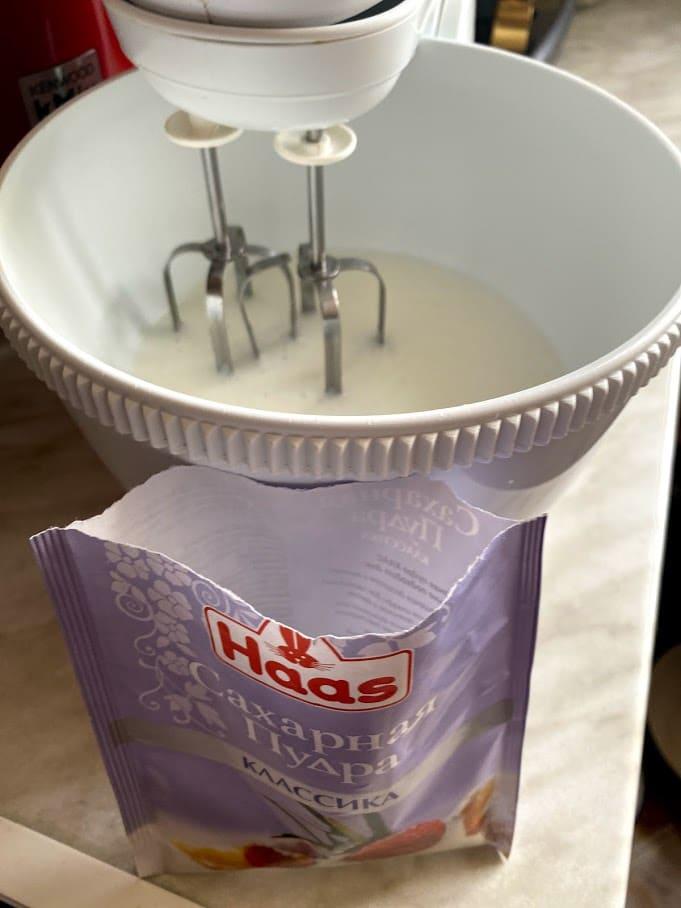 Фото рецепта - Бисквитный рулет с масляным кремом - шаг 3