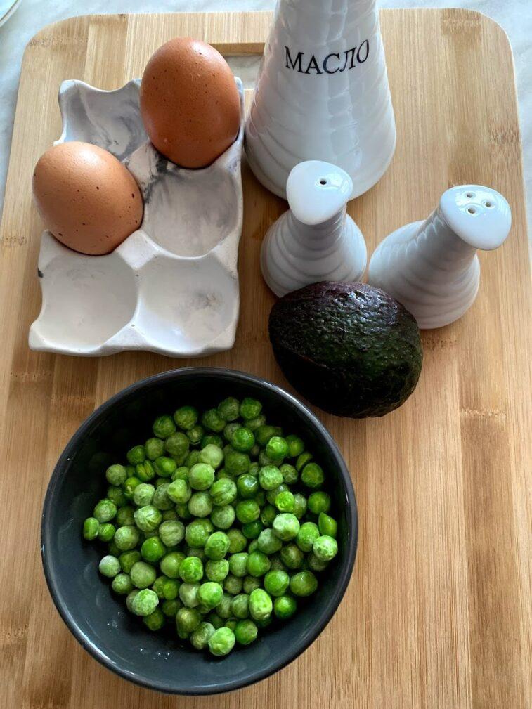 Фото рецепта - Яичница с горошком и авокадо - шаг 1