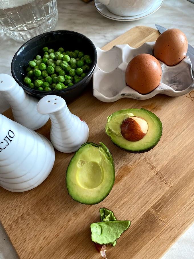 Фото рецепта - Яичница с горошком и авокадо - шаг 2