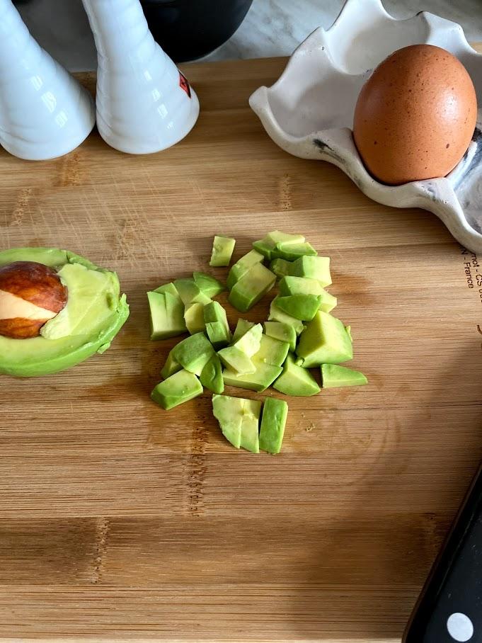 Фото рецепта - Яичница с горошком и авокадо - шаг 3